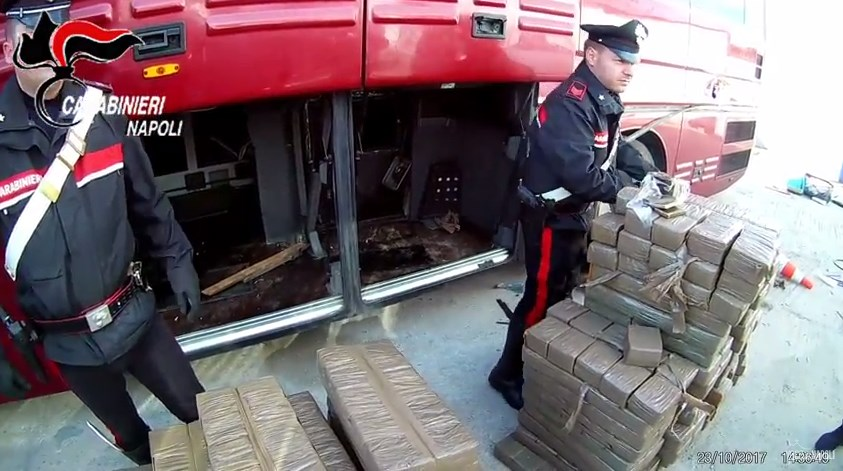 Droga in bus dalla Spagna al Napoletano, sequestrati 800 chili di hashish